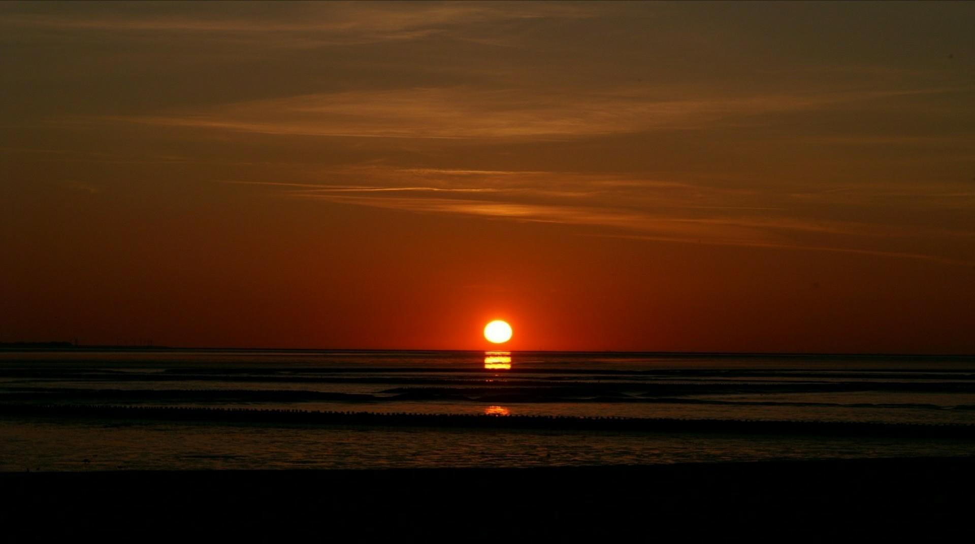Waddenzee bij zonsondergang.