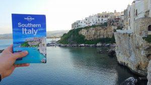 The Lonely Planet Project. Krista Verwoerd en Martjan Kuit checken of de scènes op de cover van de boekjes van 's werelds grootste producent van reisgidsen een beetje waarheidsgetrouw zijn.