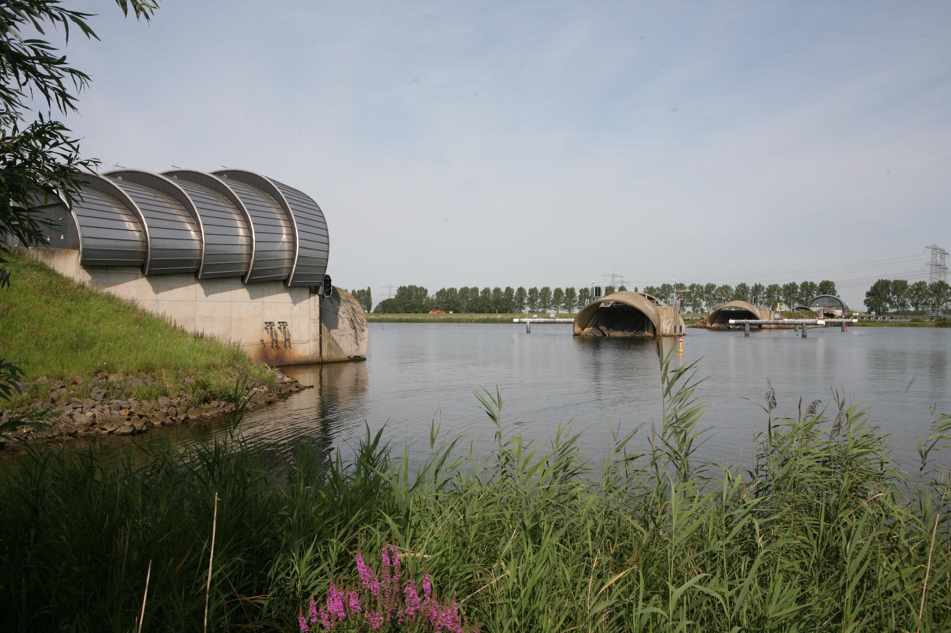 De balgstuw bij Ramspol is een opblaasbare dam, gelegen tussen het Ketelmeer en het Zwarte Meer.