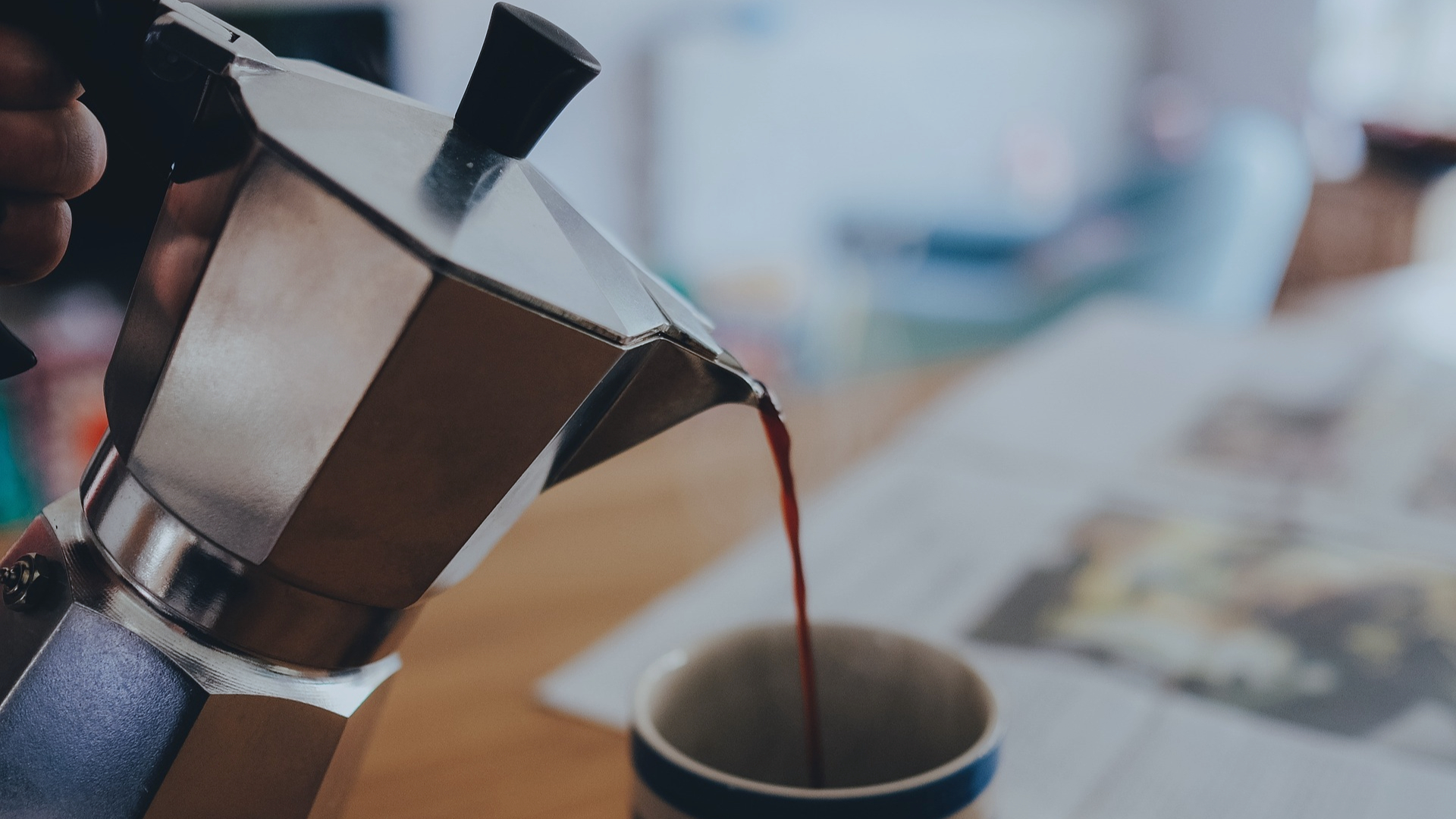 Koffie drinken uit een Italiaanse koffiezetter.