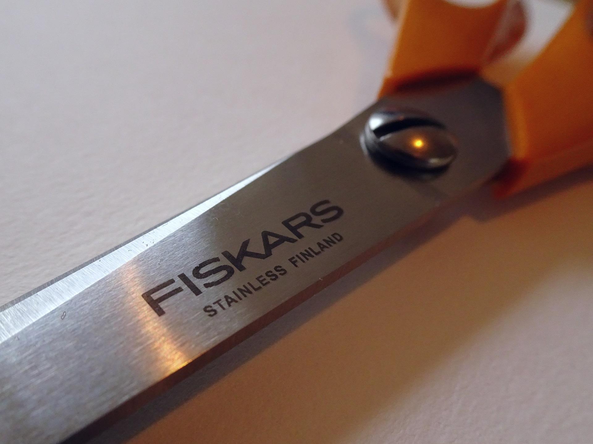 De Fiskars schaar met oranje handgrepen is een klassieker die al ruim 4 decennia onverminderd populair is.