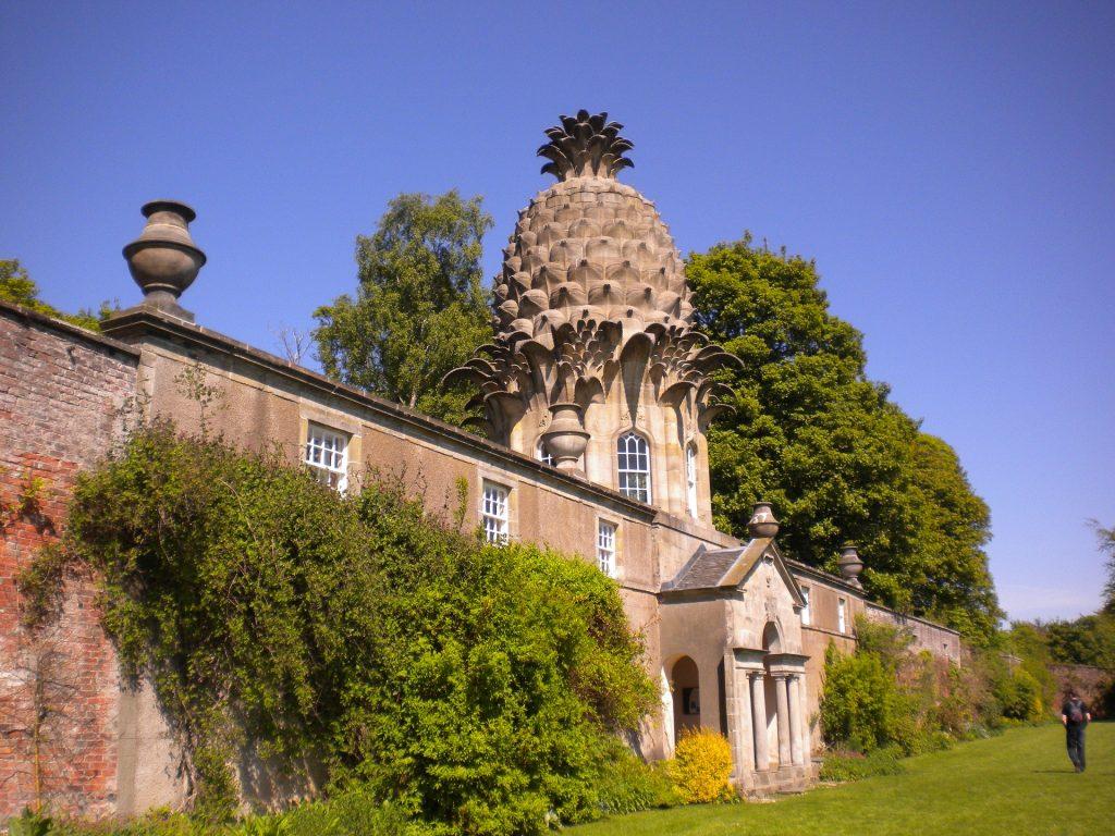 Het centrale paviljoen is uitgevoerd in pallandiaanse stijl en gekroond met een koepel in de vorm van een ananas.