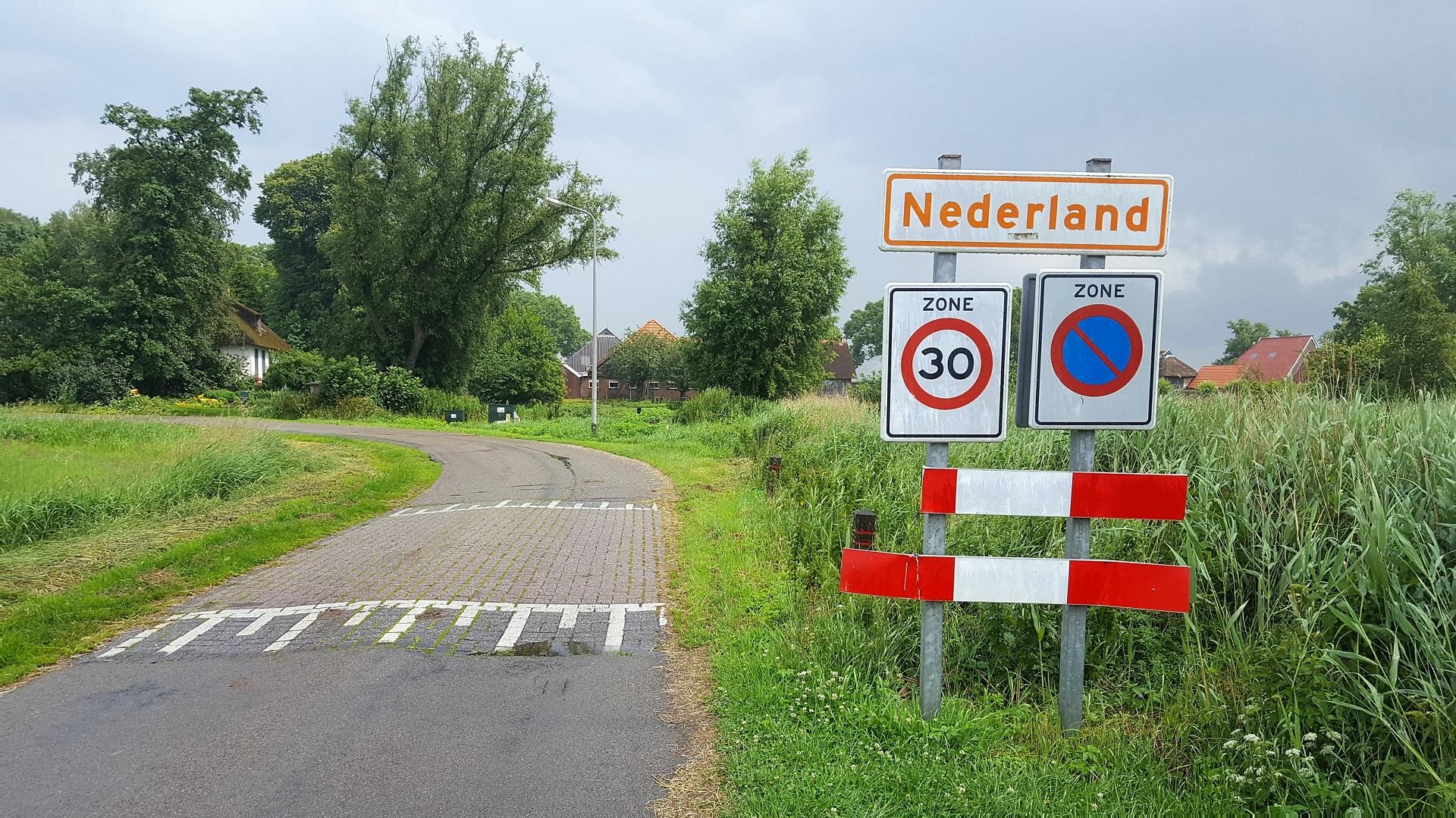 et ligt in het Nationaal Park De Weerribben, niet ver van het stadje Blokzijl, nabij de N333 tussen Steenwijk en Marknesse. Enkele andere plaatsen in de buurt zijn Baarlo, Kalenberg, Muggenbeet, Scheerwolde en Wetering.